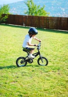 Jeugdactiviteit met fiets op groene weide