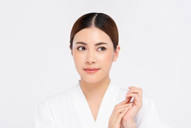 Jeugdig stralend vrij aziatisch vrouwengezicht voor schoonheidsconcept