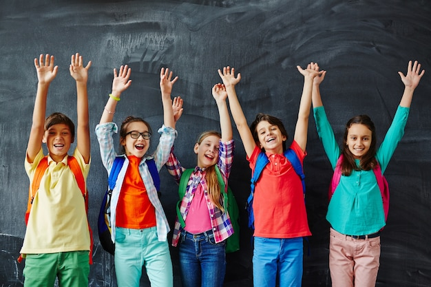 Jeugdig student kid schooljongen verhogen