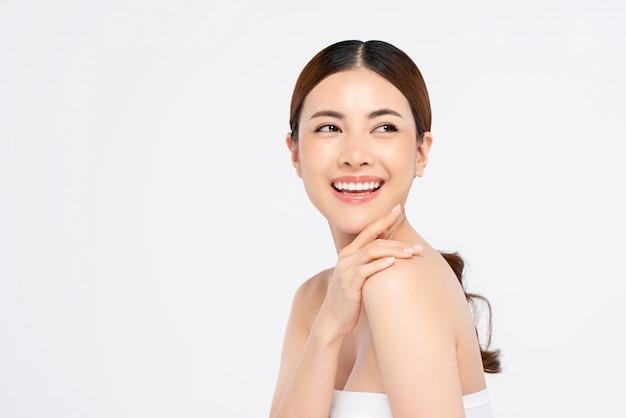 Jeugdige lachende aziatische vrouw voor schoonheid en huidverzorging concepten
