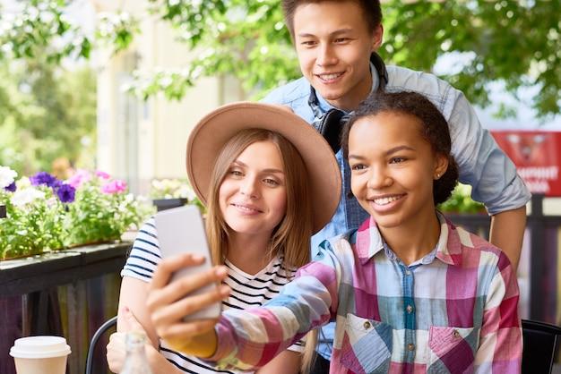 Jeugdvrienden selfie nemen in cafe