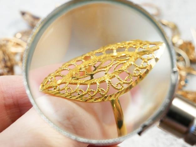 Jewerly inspecteren en verifiëren gouden oosterse ringen, close-up