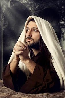 Jezus bidt en kijkt omhoog naar de hemel terwijl hij huilt