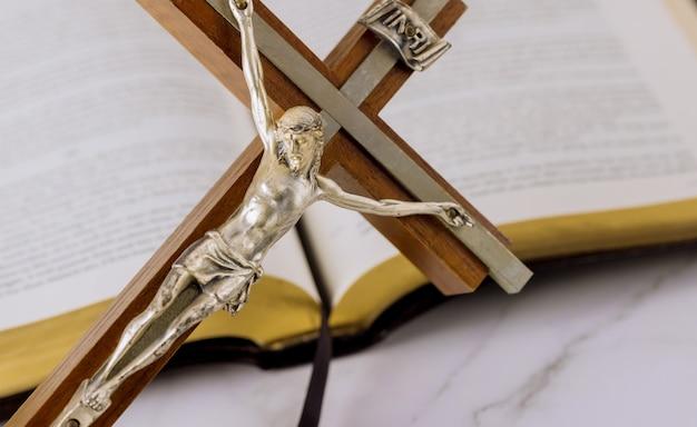 Jezus op weg naar god door gebed heilige bijbel en het kruisbeeld van het christelijke kruis de hoop van de mensheid op redding
