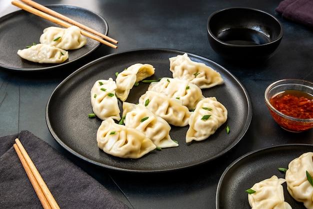 Jiaozi gyoza-dumplings gestoomd op zwarte borden