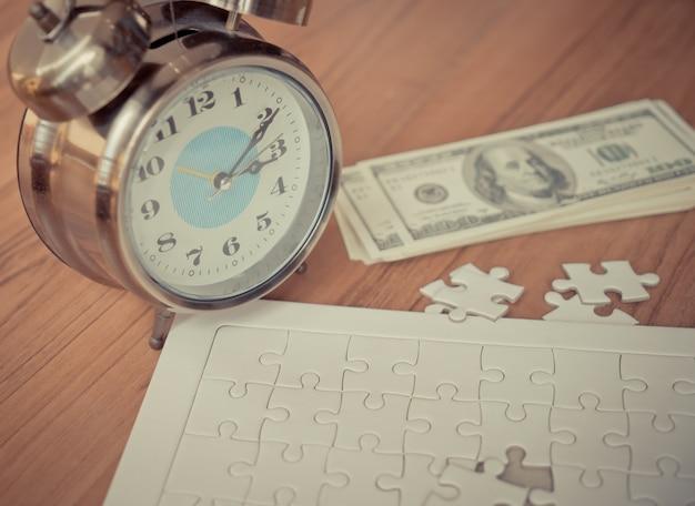 Jigsaws laatste stap met de tijd aftellen voor financiële oplossing concept
