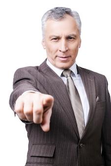 Jij bent de volgende! zelfverzekerde volwassen man in formalwear die je wijst terwijl hij tegen een witte achtergrond staat