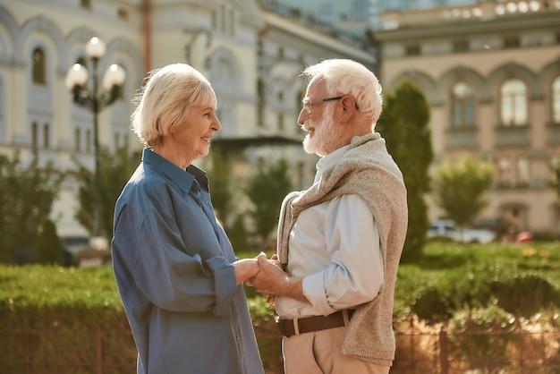 Jij bent mijn zonnige gelukkige en mooie bejaarde echtpaar dat elkaars hand vasthoudt en elkaar aankijkt met