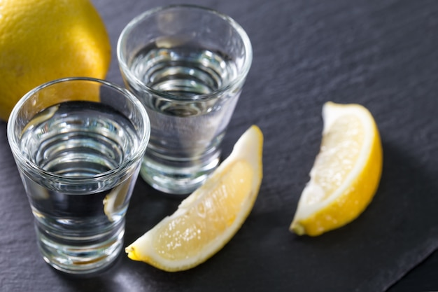 Jin of wodka in glazen met partjes citroen