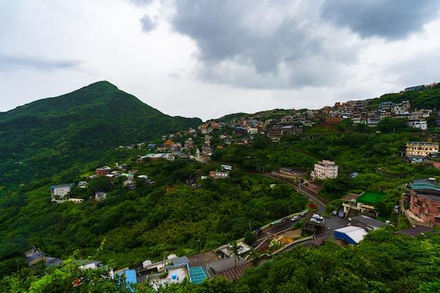 Jiufendorp met berg in regenende dag, taiwan