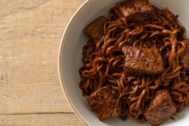 Jjapaguri of chapaguri, koreaanse zwarte bonen pittige noedels met rundvlees. koreaanse eetstijl