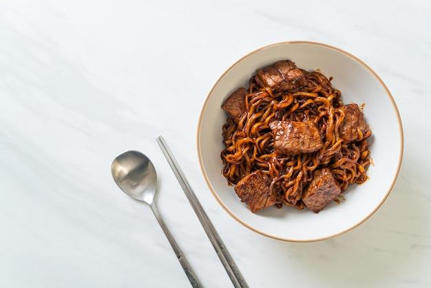 Jjapaguri of chapaguri, koreaanse zwarte bonen pittige noedels met rundvlees - koreaanse voedselstijl