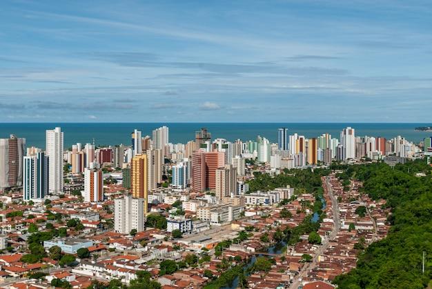 Joao pessoa paraiba brazil op 17 mei 2011 met gebouwen en de zee op de achtergrond