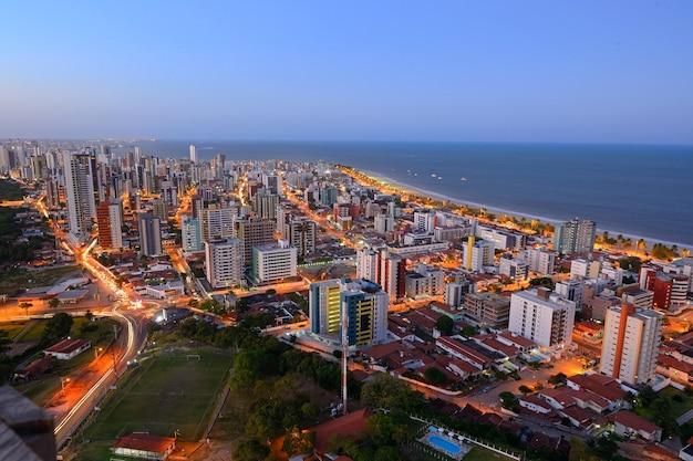Joao pessoa paraiba brazilië op 8 oktober 2012 nacht uitzicht op cabo branco strand gebouwen en zee