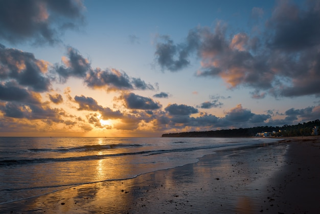 Joao pessoa paraiba brazilië zon komt op op het strand van cabo branco