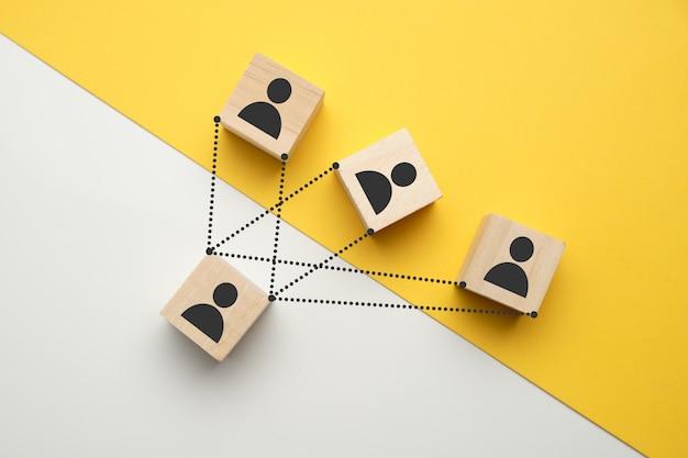 Job interview concept - abstracte mensen op houten kubussen.
