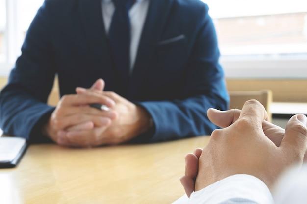 Job interview met human resource manager in office, selectieve focus