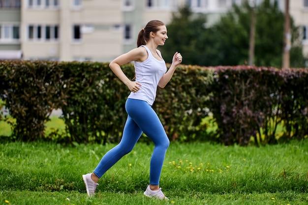 Joggen door blanke vrouw in openbaar park