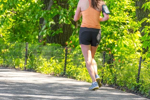 Jogger die langs central park-reservoir in new york loopt. central park is het hele jaar door vol actieve mensen.