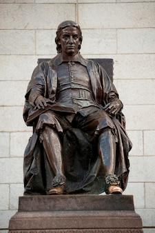 John harvard-standbeeld bij de universiteit van harvard in boston, massachusetts, de vs