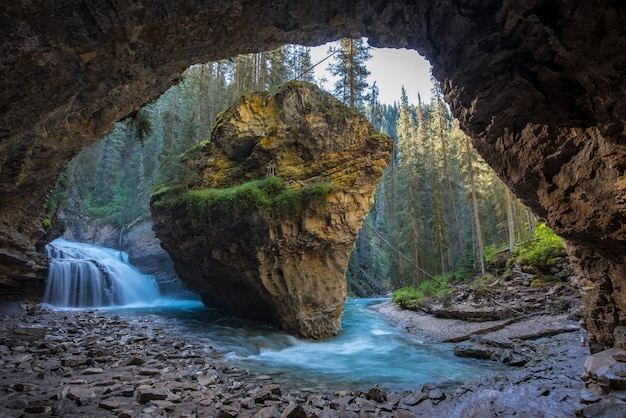 Johnston canyon-hol in lentetijd met watervallen, johnston canyon trail, alberta, canada