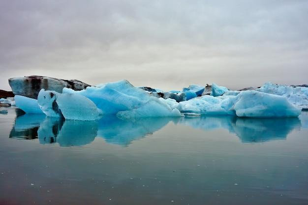 Jokulsarlon-gletsjer, eiland, op een bewolkte dag