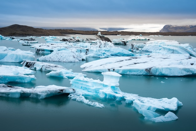 Jokulsarlon gletsjermeer in de bewolkte dag van ijsland