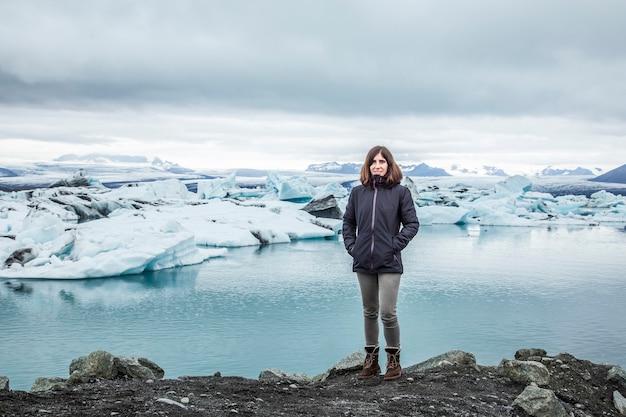 Jokulsarlon, ijsland, een jong meisje aan het prachtige jokulsarlon-meer