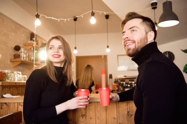 Jong aantrekkelijk paar op datum in koffiewinkel.