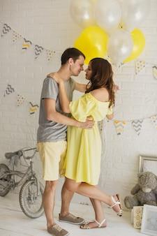Jong aantrekkelijk paar: zwangere moeder en gelukkige vader