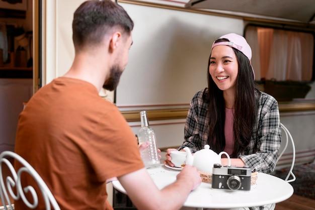 Jong avontuurlijk paar dat thee drinkt