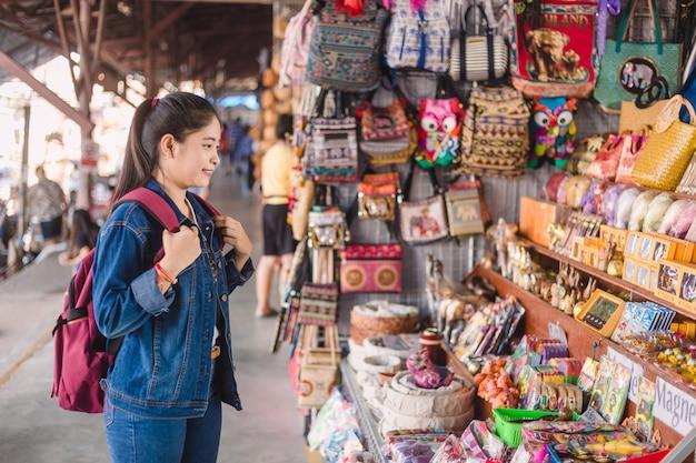 Jong aziatisch meisje dat bij het drijven van dumonoe saduak markt, thailand loopt