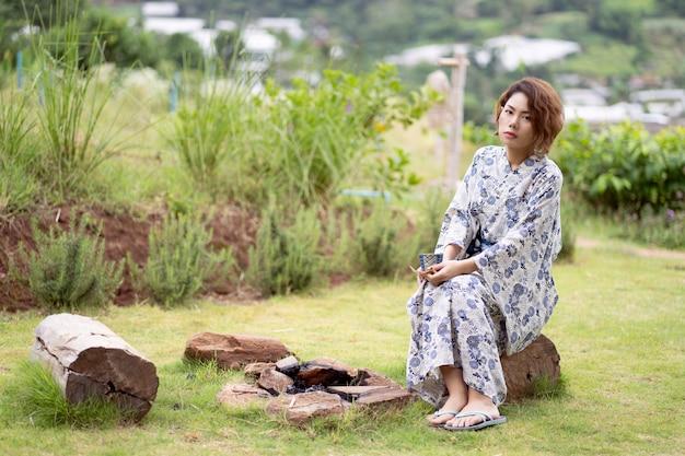 Jong aziatisch meisje dat kimono draagt