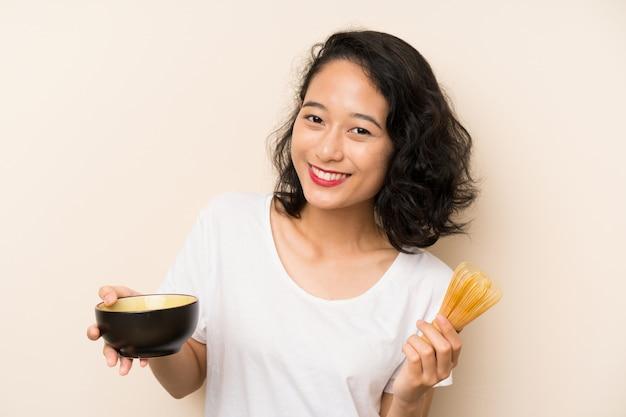 Jong aziatisch meisje met theematcha