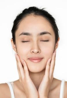 Jong aziatisch meisjesportret geïsoleerd skincare concept