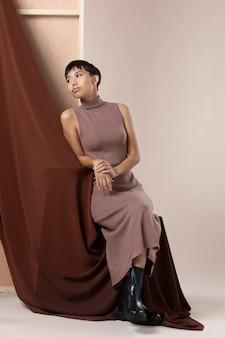 Jong aziatisch model poseren in herfstkleren