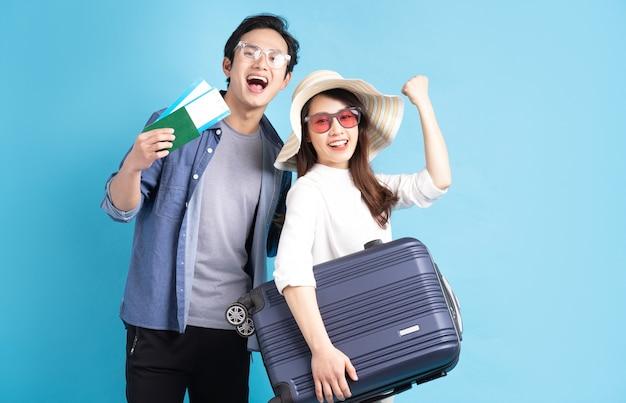 Jong aziatisch paar dat gelukkig samen reist