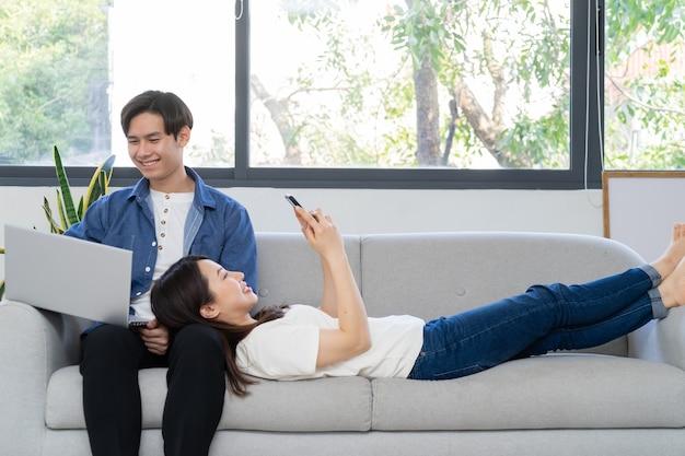 Jong aziatisch paar dat van hun pasgetrouwde leven geniet