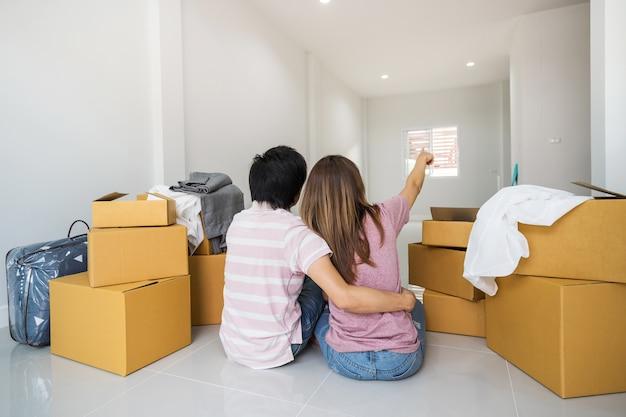 Jong aziatisch paar dat zich samen in nieuw huis beweegt