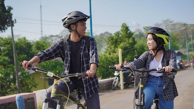 Jong aziatisch stel dat rust heeft na de fietsrit gaat aan het werk