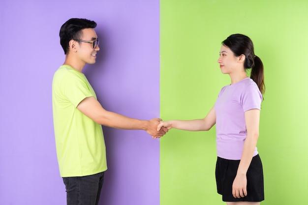 Jong aziatisch stel handen schudden?