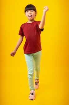 Jong aziatisch thais meisjesjong geitje in het rode overhemd lopen