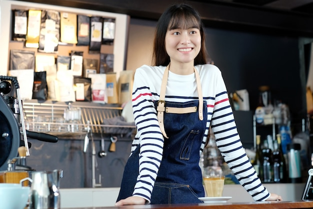 Jong aziatisch vrouwen, voedsel en drank de industrieconcept