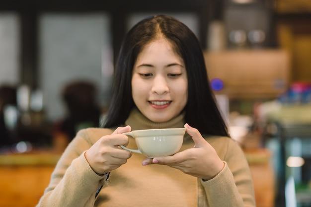 Jong aziatisch wijfje in koffiewinkel
