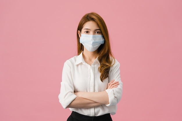 Jong azië-meisje dat een medisch gezichtsmasker draagt met gekruiste armen