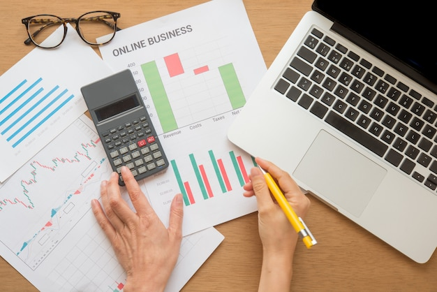 Jong bedrijf bezig met werken, ondernemer die financiële informatie analyseert als afbeeldingen