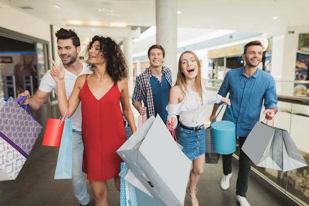 Jong bedrijf winkelen in het winkelcentrum. zwarte vrijdag.