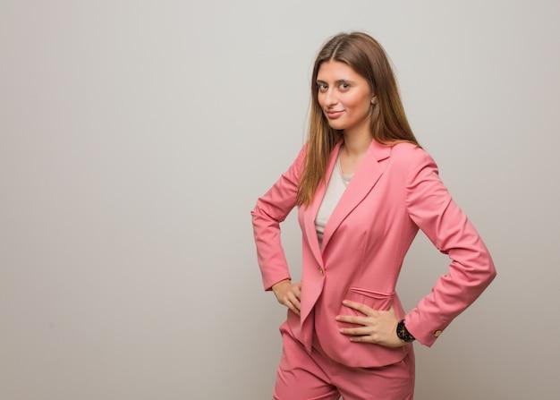 Jong bedrijfs russisch meisje dat zeer boos iemand berispt