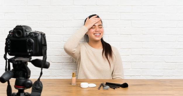 Jong blogger aziatisch meisje die het videozelfstudie lachen opnemen