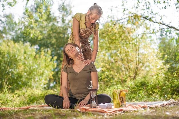 Jong blond mooi meisje dat massage doet.